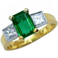 Three stone Emerald & Diamond ring. 18ct Gold - 750.
